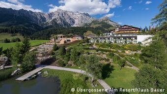 Hotelansicht von außen des Übergossene Alm Resort zu Füßen des Hochkönig-Gipfels in Österreich