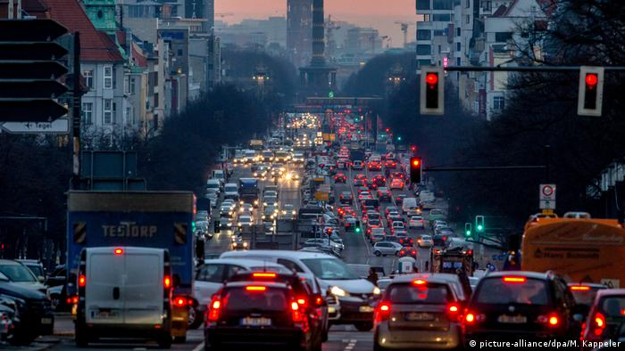 Morning rush hour traffic in Berlin (picture-alliance/dpa/M. Kappeler)