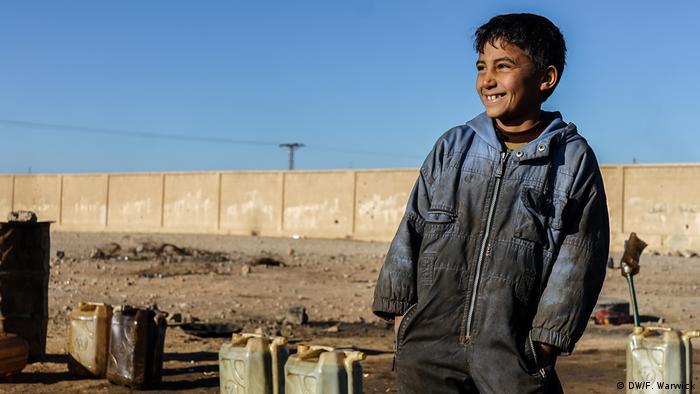 Syrien Ain Issa Lager Kind mit Dieselkanistern