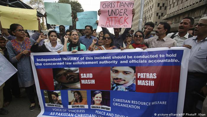 Pakistani rights activists protest against 'torture' of Patras and Sajid Masih by authorities (picture-alliance/AP Photo/F. Khan)