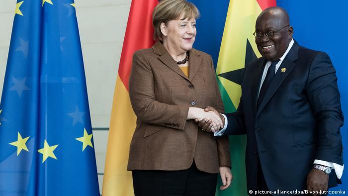 Ghanas Präsident Nana Akufo-Addo und Bundeskanzlerin Merkel schütteln sich bei einem Besuch die Hand