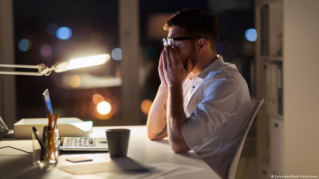 لهذه الأسباب قد تشكو من الإرهاق الدائم رغم النوم الجيد! | صحة | معلومات لا  بد منها لصحة أفضل | DW | 27.08.2020
