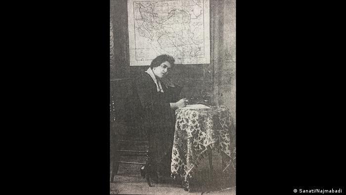 آموزش دختران تا سالها پس از مشروطه و جنگ جهانی اول مسئله اصلی جنبش زنان بود. صدیقه دولتآبادی در سال ۱۲۹۸ زبان زنان را در اصفهان منتشر کرد و در آن بخصوص به دفاع از آموزش و حق رای زنان پرداخت. در سال ۱۲۹۹ نامه بانوان در تهران توسط شهناز آزاد و جهان زنان توسط فخرآفاق پارسا در مشهد منتشر شدند. فخرآفاق پارسا بخاطر انتشار مطالب انتقادی درباره نابرابری زنان و مردان از مشهد تبعید شد.