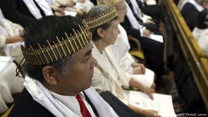 Several people wore crowns made of bullets for the ceremony (picture-alliance/AP Photo/J. Larma)