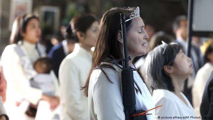 USA Gottesdienst mit Waffen (picture-alliance/AP Photo/J. Larma)