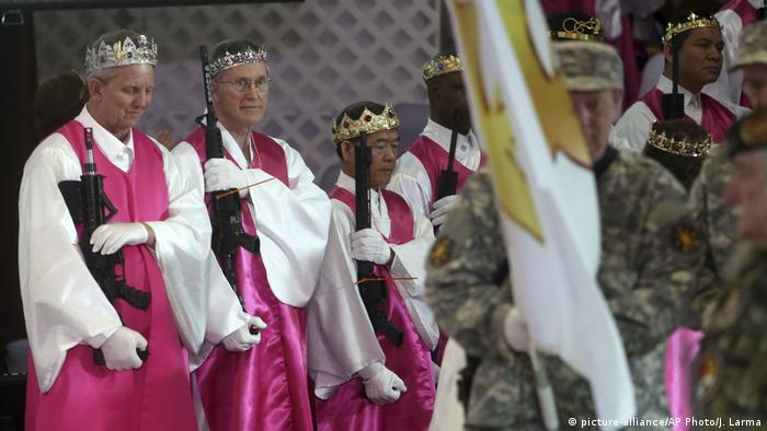 Mean wear crowns and hold unloaded weapons at the marriage renewal ceremony in Pennsylvania (picture-alliance/AP Photo/J. Larma)