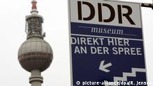 Zum DDR-Museum weist dieses Schild am Dienstag (16.01.2007) am Fernsehturm in Berlin. Besucher sind in der Exposition eingeladen, ihr Wissen zu erweitern, eventuell bestehende Klischees zu überdenken und Geschichte hautnah zu erleben. Foto: Rainer Jensen dpa/lbn +++(c) dpa - Bildfunk+++   Verwendung weltweit