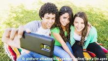 Group of friends (14-15) making selfie, Gruppe von Freunden (14-15) das Bilden selfie | Verwendung weltweit, Keine Weitergabe an Wiederverkäufer.