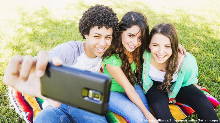 Jugendliche Selfie Social Media (picture-alliance/Bildagentur-online/Tetra-Images)
