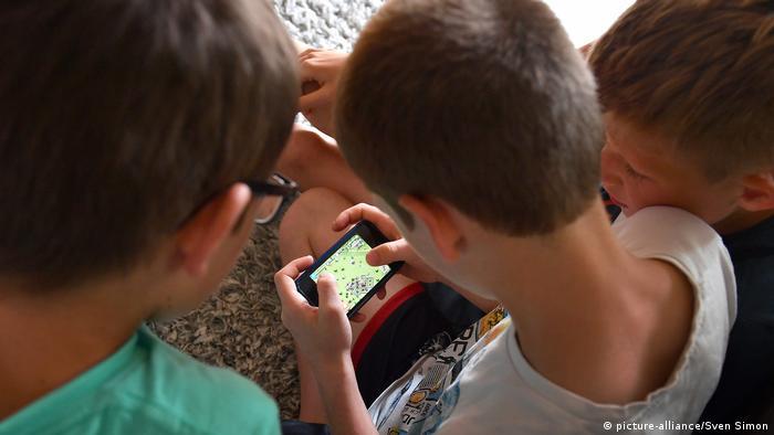 Дети с игрой на смартфоне