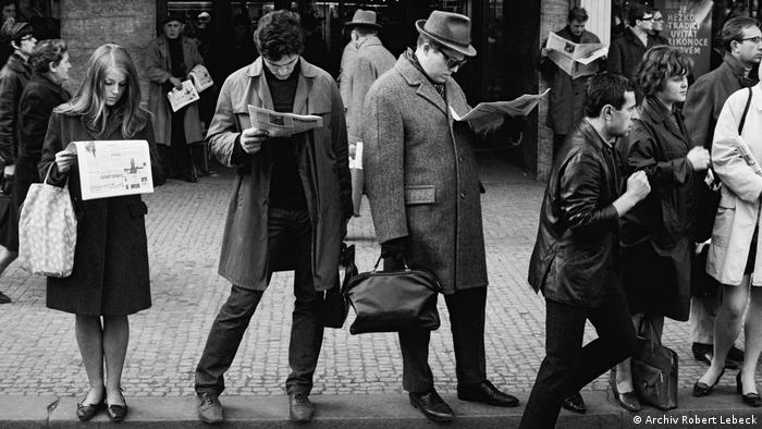 Robert Lebeck exhibition: people reading newspapers on streets of Prague (Archiv Robert Lebeck)