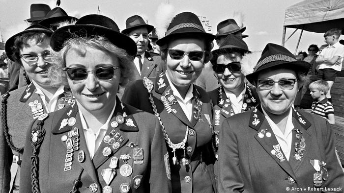 women in tradtional hunters garb, with sunglasses and hats. (Archiv Robert Lebeck)