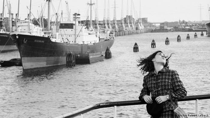 Девушка-убийца вдыхает воздух свободы