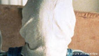 Jugendlicher in weißem T-Shirt, daneben Kind mit Kaputze über dem Kopf (Filmverleih)