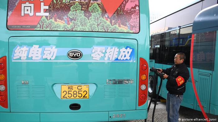 Umweltschutz in China, Elektrobus (picture-alliance/L.Junxi)