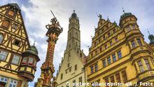 Романтичният маршрут (Romantische Straße) е най-старият и най-известният в Германия. Той обхваща над 400 км. Започва във Вюрцбург и завършва в Алгой. Минавайки по него, могат да се разгледат градовете Аугсбург, Ротенбург об дер Таубер и Динкелсбюл, да се види прочутият замък Нойшванщайн и да се посетят много други забележителности в Бавария и Баден-Вюртемберг.