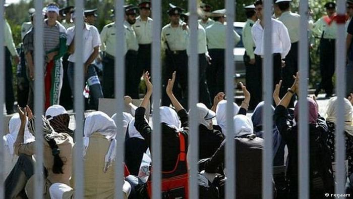 کمپین روسری سفید در اعتراض به ممنوعیت ورود زنان به ورزشگاهها شکل گرفته است.