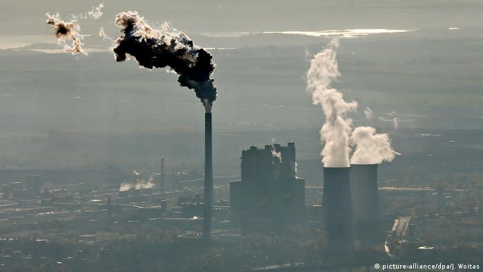 Braunkohlekraftwerk im Dunst