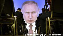 dpatopbilder - 01.03.2018, Russland, Moskau : Journalisten verfolgen die Rede von Wladimir Putin, Präsident von Russland, zur Lage der Nation auf einer Videoleinwand. Foto: Alexander Zemlianichenko/AP/dpa +++(c) dpa - Bildfunk+++ |