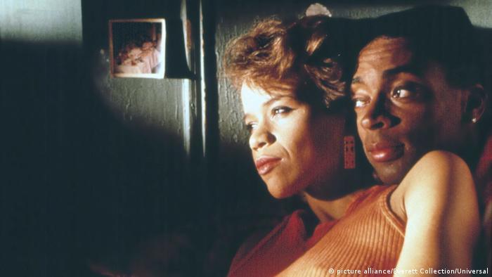 Film still 'Do the right thing': Rosie Perez, Spike Lee cuddling.