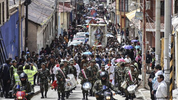 Bolivien Protesten wegen Gemälde der Gottesmutter des Schlagloches mit Tanga (Imago/Agencia EFE)
