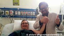 ARCHIV: HANDOUT - Der Chef der kolumbianischen Farc-Guerilla Rodrigo Londoño wird am 04.07.2017 in einem Uni-Klinikum in Bogota (Kolumbien) von Ivan Marquez, Vertreter der Farc im Rahmen der Friedensverhandlungen, besucht. Londoño erlitt einen Schlaganfall. Nach Angaben der behandelnden Ärzte erholte sich der 58-Jährige nach wenigen Stunden zufriedenstellend. (Bestmögliche Qualität.) ACHTUNG:Verwendung nur zu redaktionellen Zwecken in Verbindung mit der Berichterstattung und nur bei vollständiger Quellenangabe. Foto: Farc/colprensa/dpa +++(c) dpa - Bildfunk+++ |