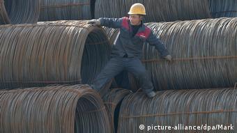 Китайский рабочий на рулонах