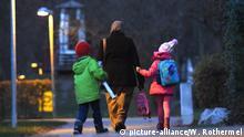 Deutschland Frau Muslimische Frau holt Kinder von Schule ab