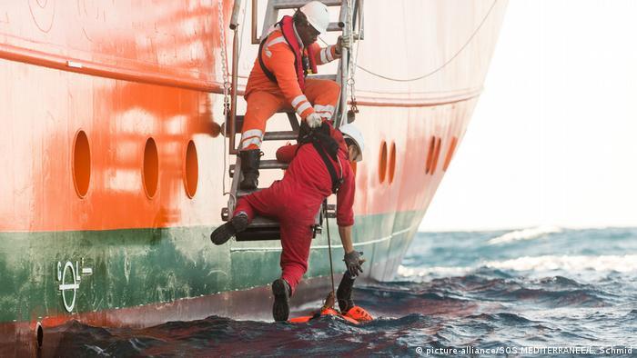 Спасение беженца в Средиземном море (фото из архива)