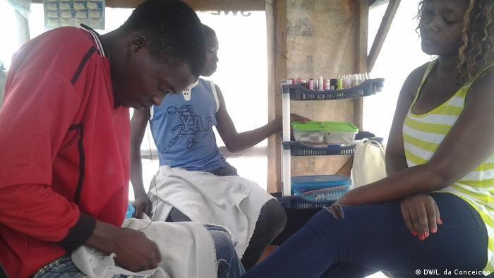 Mosambik Mobiles Nägelstudio (DW/L. da Conceicao)