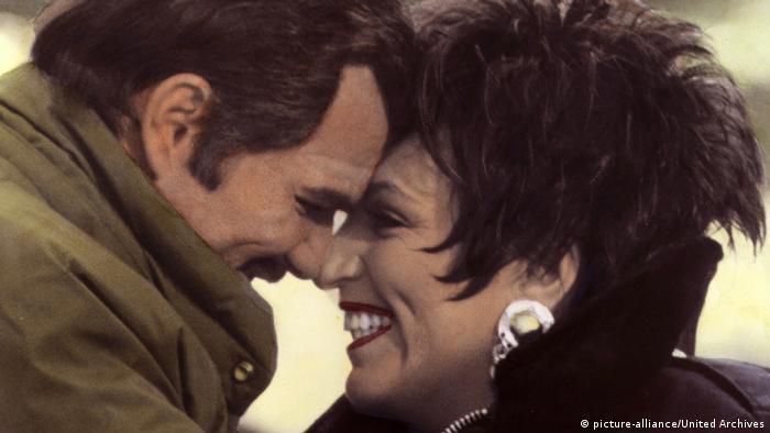 Liza Minnelli im Film Rent-a-Cop mit Burt Reynolds Kopf an Kopf. (picture-alliance/United Archives)