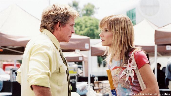 Sandra Bullock als Mary im Gespräch mit einem Mann in Verrückt nach Steve. (picture-alliance/Everett Collection)
