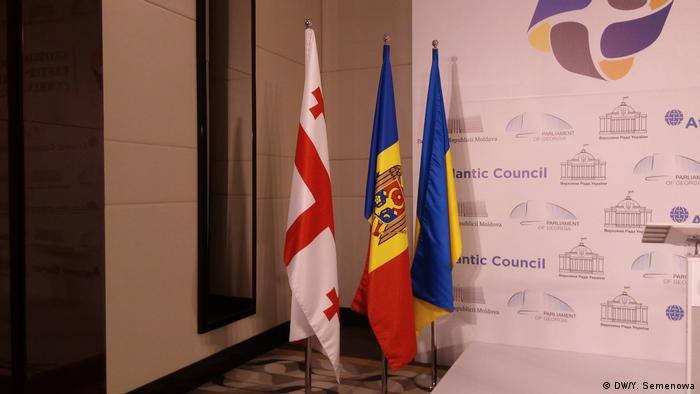 Прапори Грузії (ліворуч), Молдови (у центрі) та України
