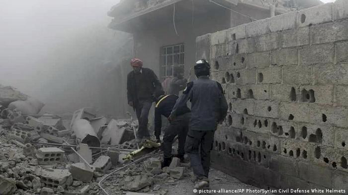 Civilians digging through rubble in Eastern Ghouta, Syria (picture-alliance/AP Photo/Syrian Civil Defense White Helmets)