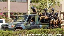 Burkina Faso Ouagadougou - Truppen in der nähe der französischen Botschaft auf Fahrzeug