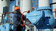 ***Archivbild*** Oct. 15, 2015 - Mryn, Chernihiv, Ukraine - Ukrainian worker turns the tap on the basis of underground gas storage in the village Mryn, Chernihiv region. Ukraine, Thursday, October 15, 2015 The head of Naftogaz Ukraine Andrey Kobolev predicts achievement more than 17 billion cubic meters of natural gas reserves in underground storage to the end of October, which will comfortable with pass the winter 2015-2016. Mryn Ukraine PUBLICATIONxINxGERxSUIxAUTxONLY - ZUMAn230 OCT 15 2015 Chernihiv Ukraine Ukrainian Worker turns The Tap ON The Basis of Underground Gas Storage in The Village Chernihiv Region Ukraine Thursday October 15 2015 The Head of Naftogaz Ukraine Andrey Kobolev predicts Achievement More than 17 Billion cubic METERS of Natural Gas Reserves in Underground Storage to The End of October Which will comfortable With Passport The Winter 2015 2016 Ukraine PUBLICATIONxINxGERxSUIxAUTxONLY