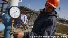 ***Archivbild*** epa04978818 A worker checks equipment at the gas-compressor station in Mryn village, about 130 km of Kiev, Ukraine, 15 October 2015. Russia's state-run natural gas export monopoly, Gazprom, resumed deliveries to Ukraine after a 234-million-dollar prepayment, Gazprom's head Alexei Miller told journalists. 'Ukraine has requested the maximum supply regime of 114 million cubic metres per day,' Miller said, according to the Interfax news agency. Russia cut off its deliveries to Ukraine in July after the sides failed to agree on pricing, but a deal was clinched last month for supplies for the upcoming winter. Ukrainian state gas company Naftogaz agreed to buy the supplies for 232 dollars per thousand cubic metres between 01 October and 31 March - down from a contractual price of 251 dollars. Cash-strapped Ukraine has been heavily dependent on energy from Russia and is also a key transit country for gas to Western Europe. The European Union brokered the deal amid strains about the conflict in eastern Ukraine. EPA/ROMAN PILIPEY +++(c) dpa - Bildfunk+++ |