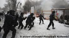 03.03.2018, Ukraine, Kiew: Polizisten lösen ein Zeltlager auf, das von Aktivisten der Bewegung neuer Kräfte errichtet wurde. Die Protestierenden fordern den Rücktritt von Präsident Petro Poroschenko. Foto: Serhii Nuzhnenko/AP/dpa +++(c) dpa - Bildfunk+++ |