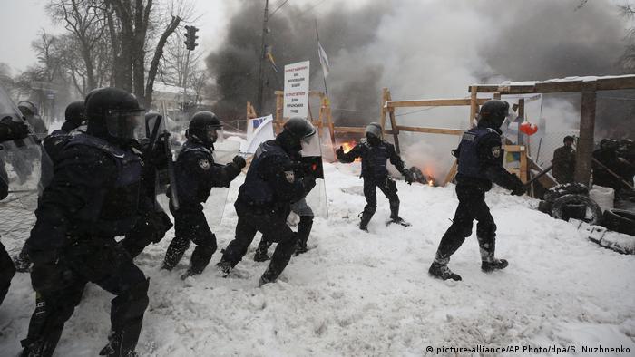 Поліцейські зачищають наметовий табір біля Верховної Ради України