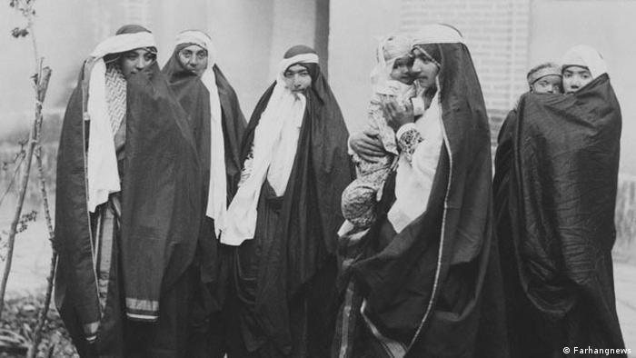 در دوره قاجار تحصیل علم برای دختران بیهوده و حتی خطرناک دانسته میشد و شرکت در زندگی سیاسی و اجتماعی از امتیازهای مردان بود. همچون بسیاری از جوامع دیگر خانه و آشپزخانه مکان طبیعی برای زن شمرده میشد.
