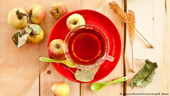 دراسة: تناول تفاحة مع كأس شاي قد يحميك من السرطان