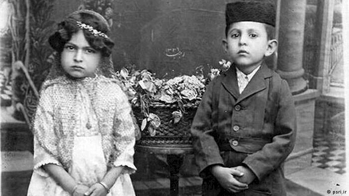 رهبران مذهبی با غیراسلامی دانستن آموزش دختران محرومیت زنان از آموزش را تقویت میکردند. با این همه برخی خانوادهها در خانه یا مکتب اقدام به آموزش دخترانشان میکردند. با این حال چه بسا نوشتن را به دختران نمیآموختند. مردان حق چندهمسری و طلاق داشتند و با این حال بسیاری از آنان به دلیل معذورات اجتماعی تکهمسر میماندند. دختران در ۹ سالگی و پسران در ۱۵ سالگی میتوانستند ازدواج کنند.