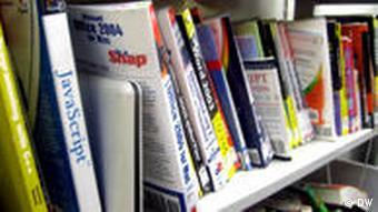 Bücher stehen in einem Regal (Foto: Bastian Hartig)