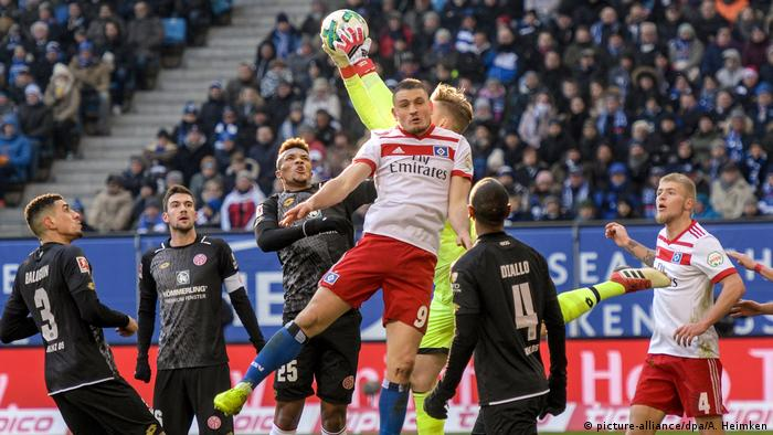 Mainz goalie Florian Müller claims a cross in a busy penalty area in the game against Hamburg, 03.02.2018.