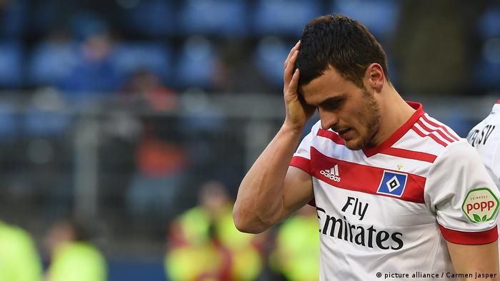 Filip Kostic holds his head after missing a penalty for HSV against Mainz, 03.02.2018.