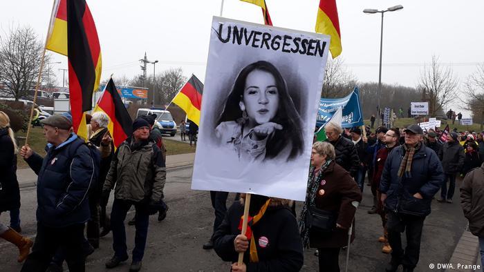 Deutschland | Demos in Kandel | Das Bild der vertorbenen Mia Valentin auf dem Demozug Kandel ist überall. (DW/A. Prange)