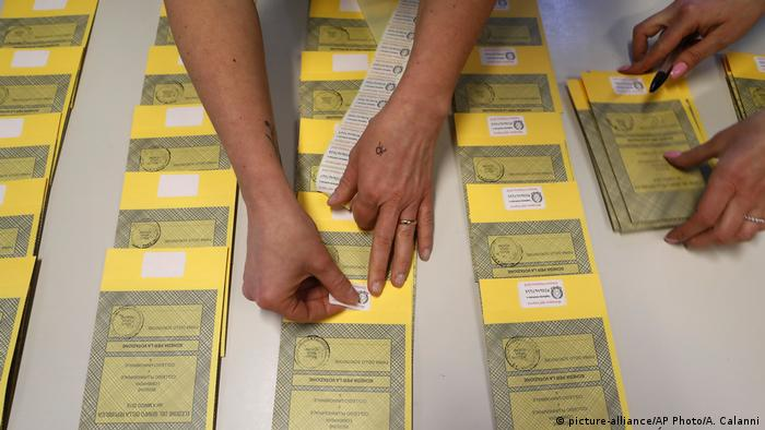 Italy ballots (picture-alliance/AP Photo/A. Calanni)