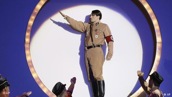 Martin Sommerlatte spielt Adolf Hitler in dem Musical 'The Producers' 2009 in Berlin (Foto: AP Photo/Herbert Knosowski)
