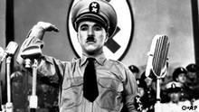 Charlie Chaplin als Adolf Hitler in dem Film Der große Diktator (AP)