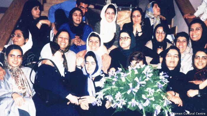 عکس مربوط به تجمع هشت مارس در سال ۱۳۷۹ در خانه هنرمندان تهران است.